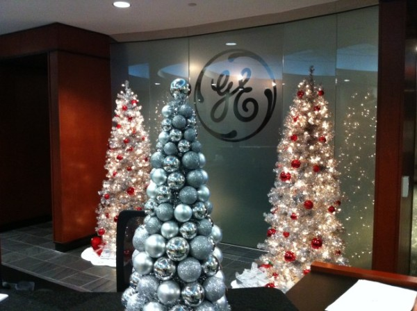 will best suit your building lobby or office space please take a moment to view our holiday gallery to see examples of our enchanted holiday designs - Decorating Your Office Space For Christmas